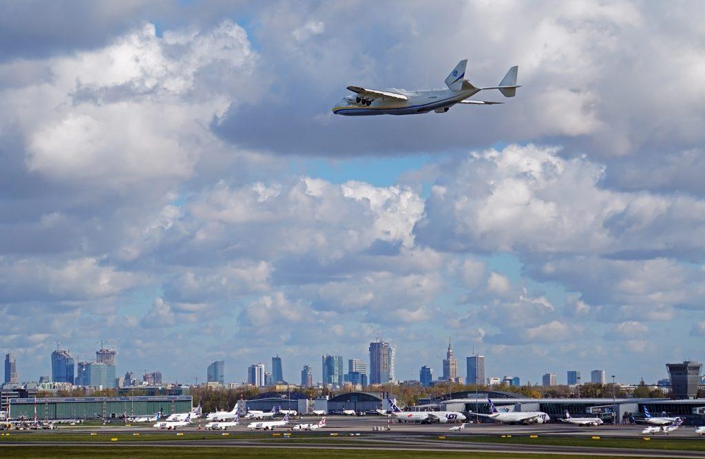 """Літак Ан-225 """"Мрія"""" привіз до Польщі засоби против COVID19. Фото: @ChopinAirport 14.04.2020"""