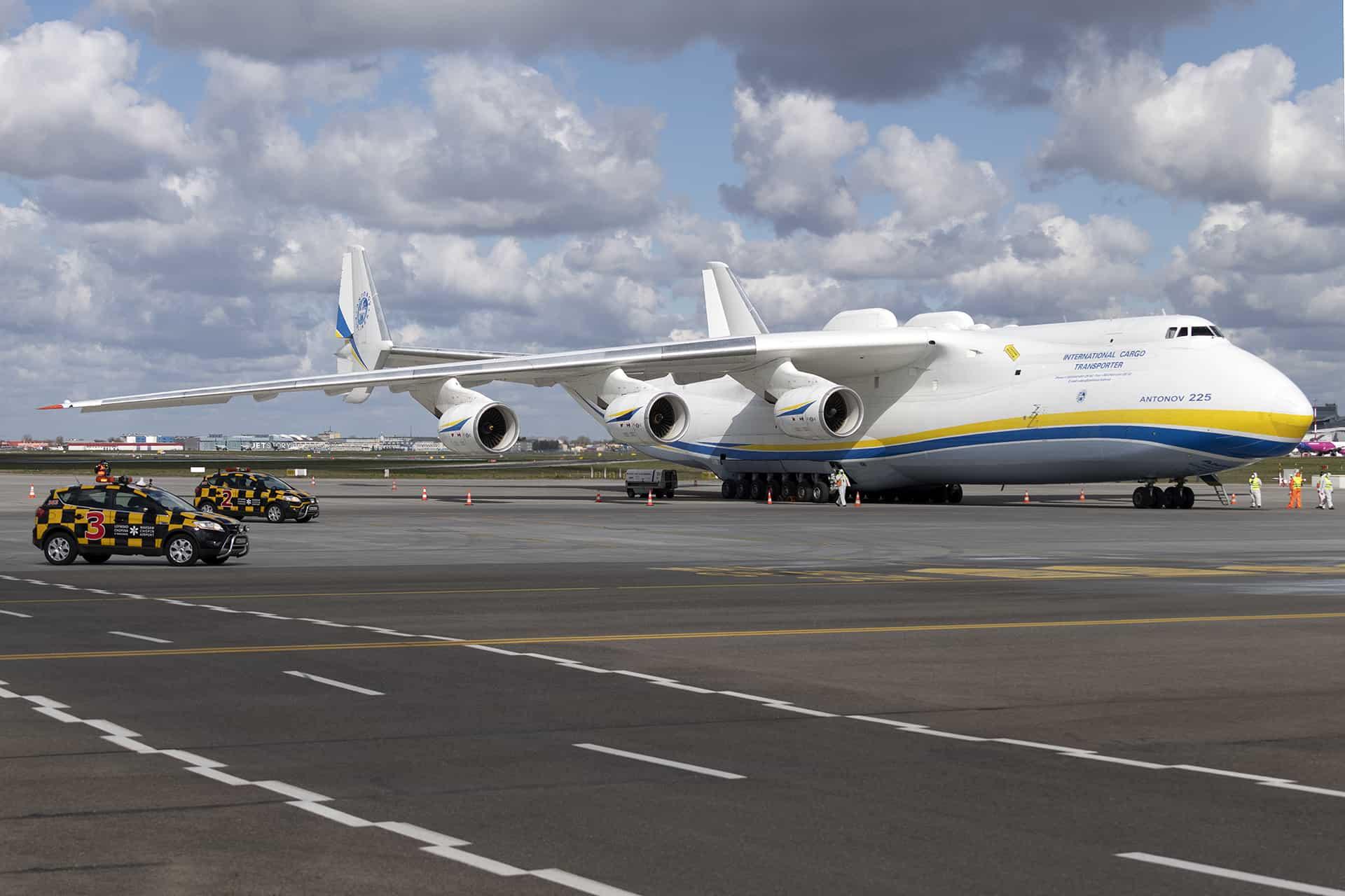 """Літак Ан-225 """"Мрія"""" привіз до Польщі засоби проти COVID19"""