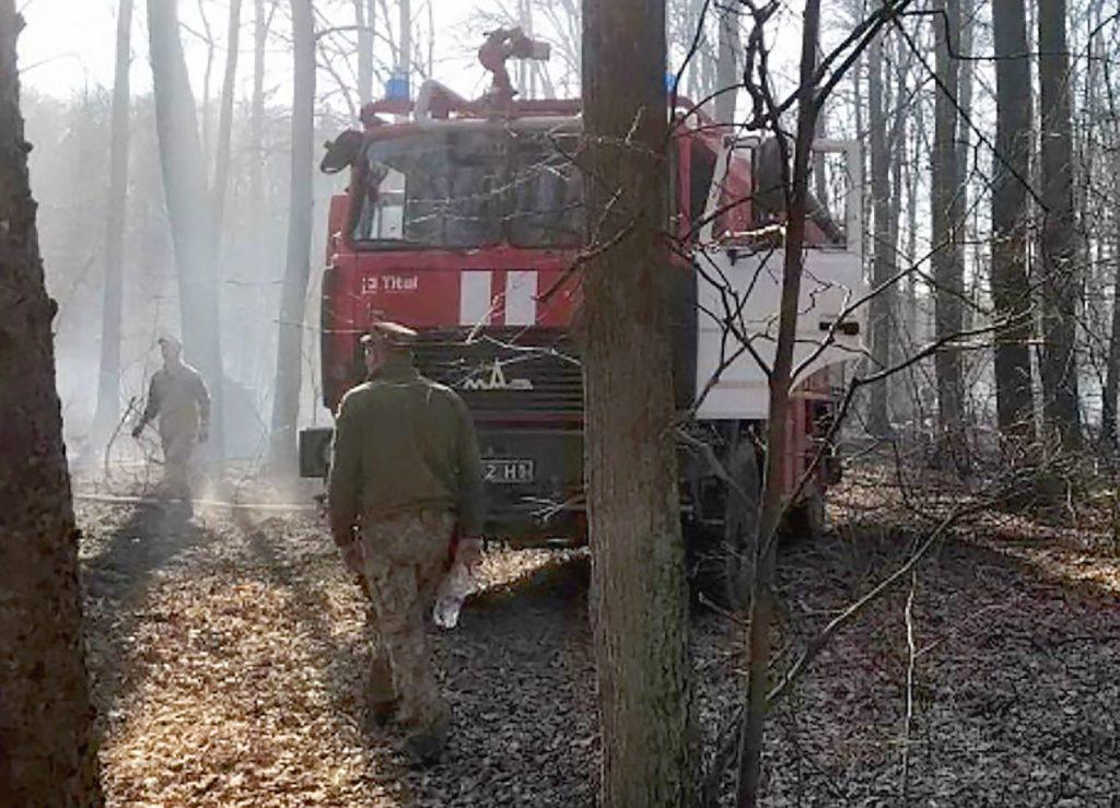 Гасіння пожежі поблизу військового арсеналу в Калинівці