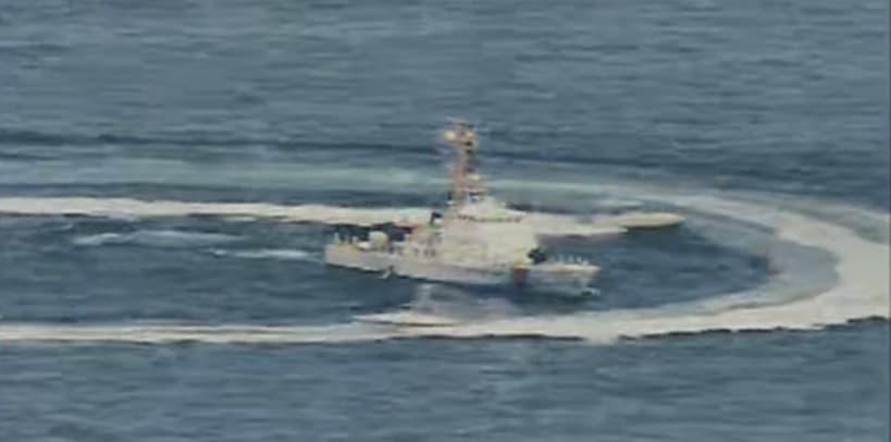 Іранські швидкісні катери поблизу американського патрульного катеру типу Island