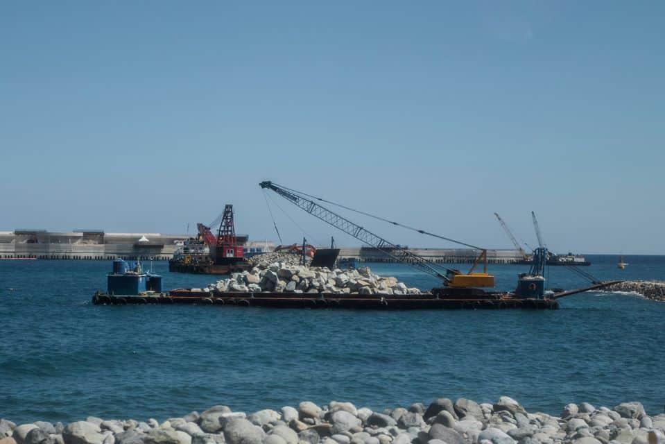 Процес будівництва нового порту на віддаленому острові
