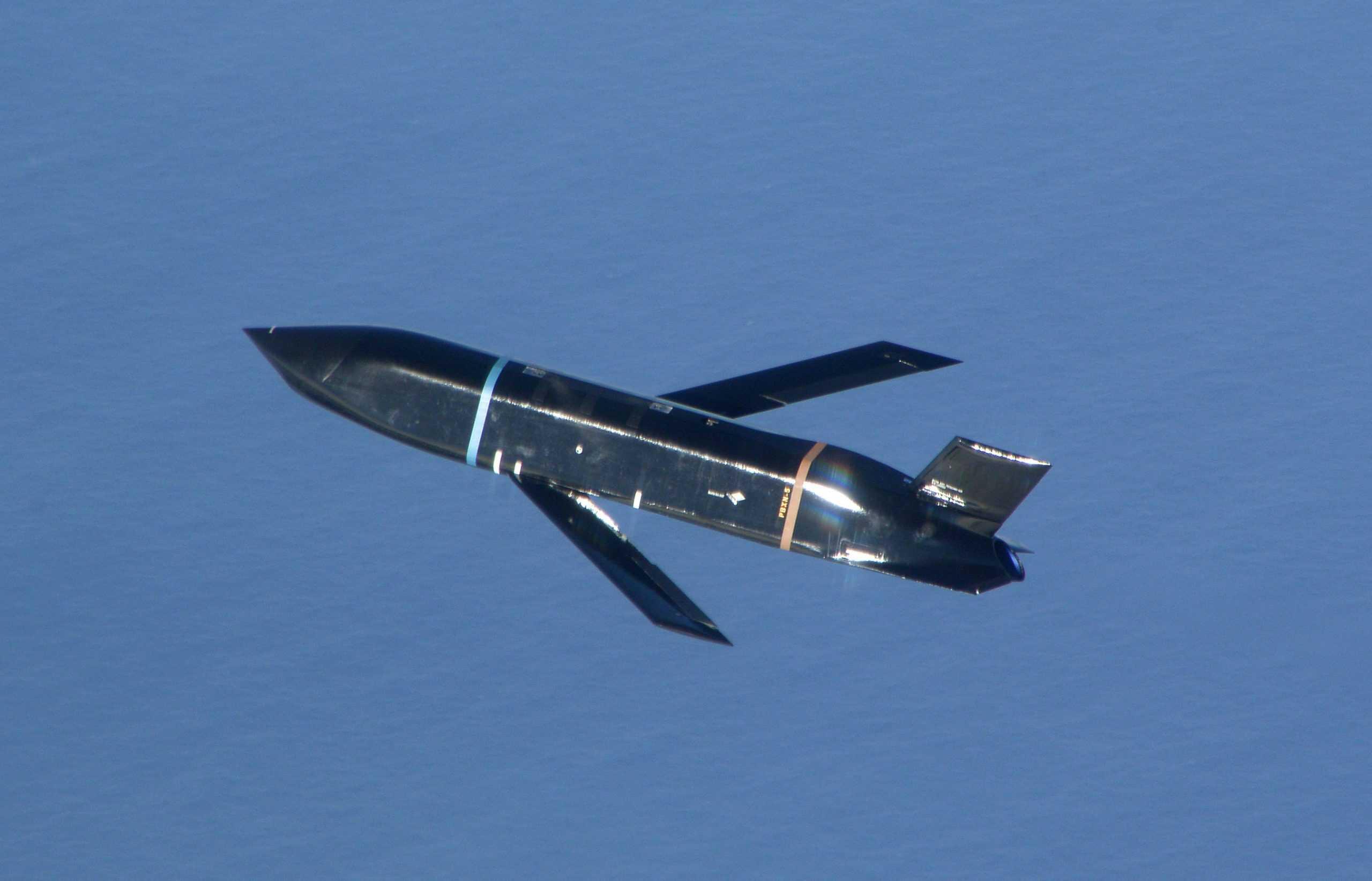 Протикорабельна ракета AGM-158C LRASM (Long Range Anti-Ship Missile) у польоті