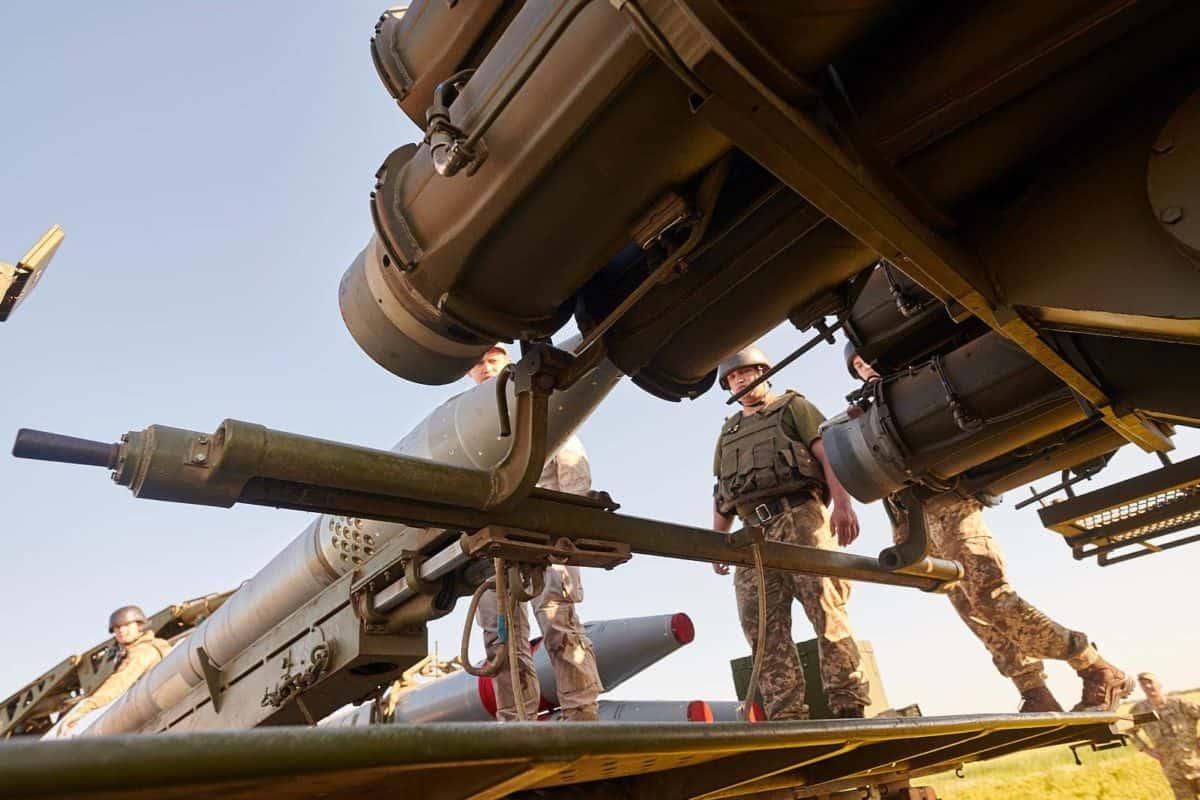 Заряджання корегованої ракети «Вільха»