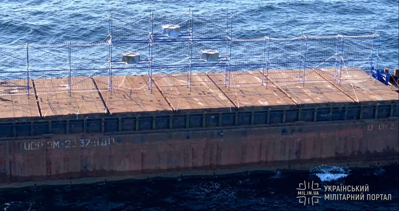 Змонтована на баржі конструкція з імітації радіолокаційної сигнатури корабля