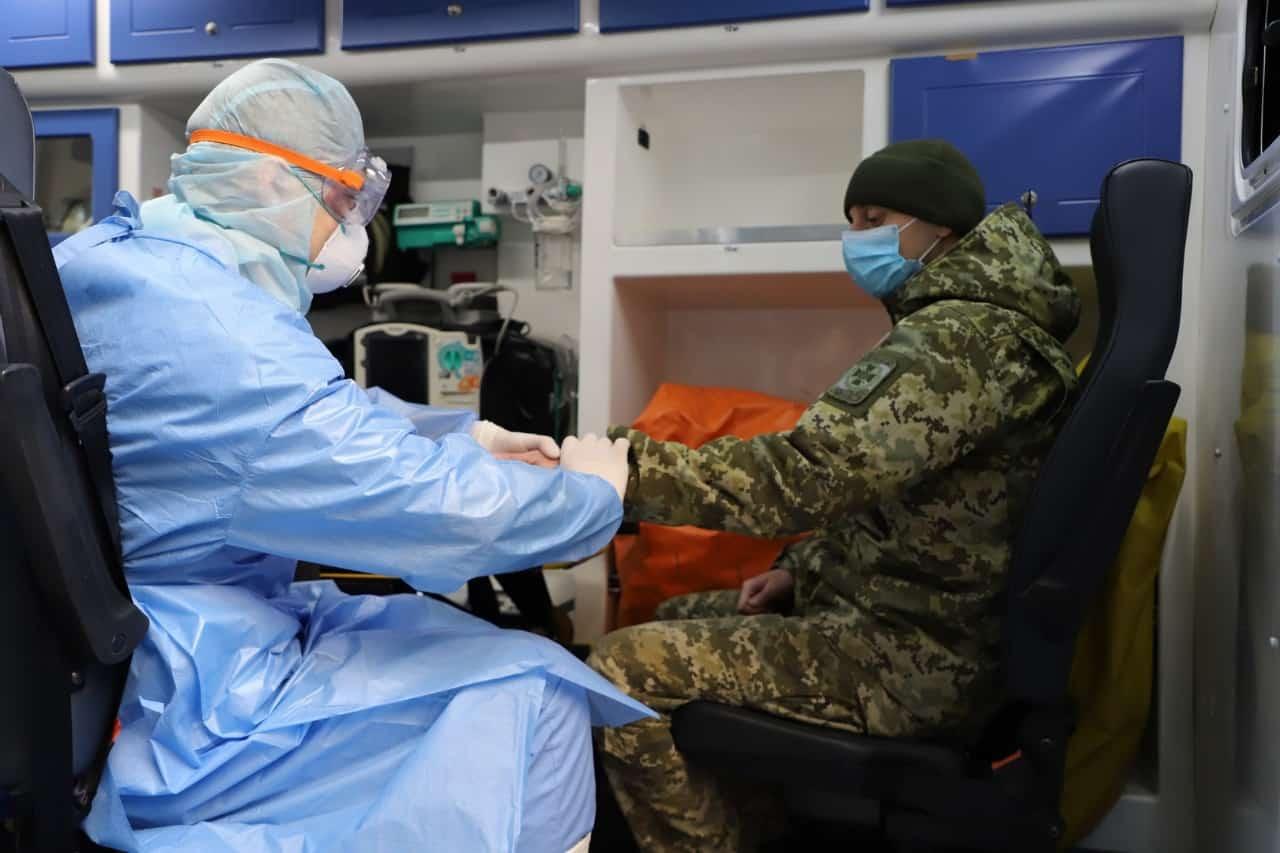 Перевірка на наявність вірусу у військового ЗСУ. Фото: ДПСУ