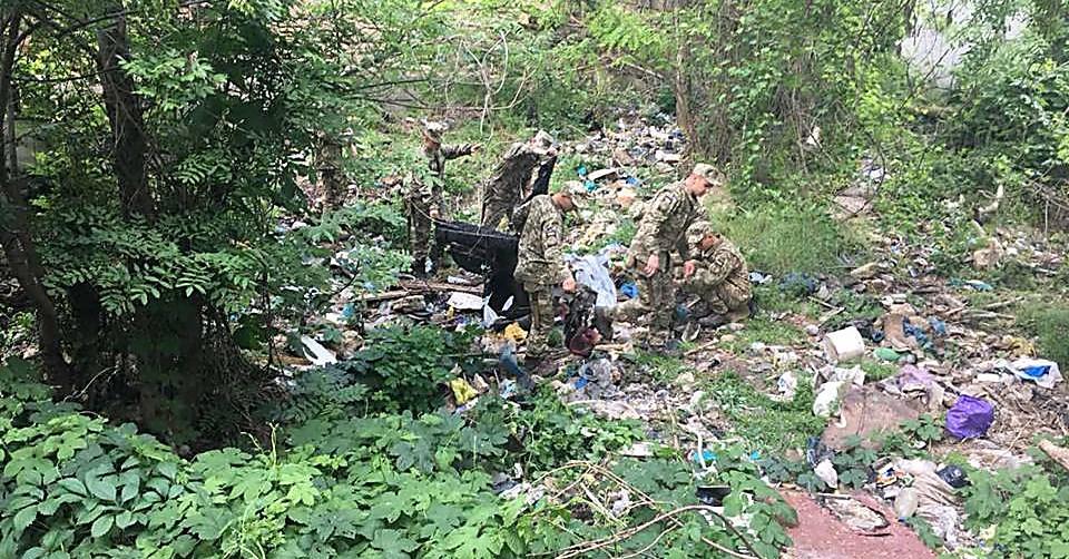 Військові України на роботах з прибирання сміттєзвалищ
