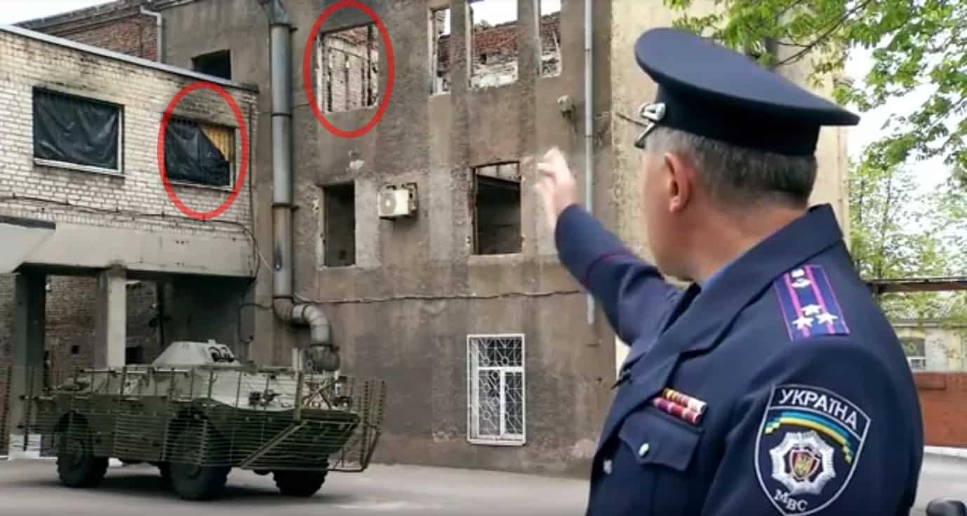 Вікно третього поверху, з якого, за даними МВС, вистрибнули або випали Саєнко, Єрмоленко і ще 4 співробітники МВС. Відмічено також вікно коридору, звідки, за даними МВС, стріляли у міліціонерів бойовики. © МВС України
