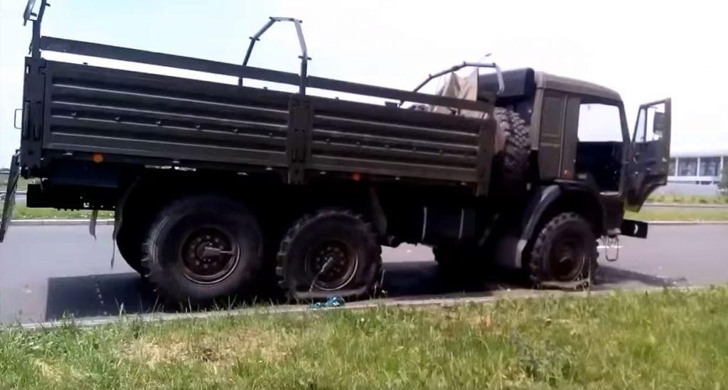 Розстріляний військовий КамАЗ, мертві чоловіки в цивільному і в військових одностроях на вулиці Злітній навпроти терміналів. © права належать оригінальному автору відео.