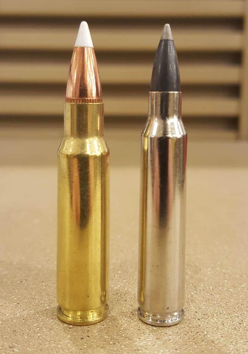 Набої калібрами 6.8 SPC (ліворуч) та 5.56×45mm NATO (праворуч)