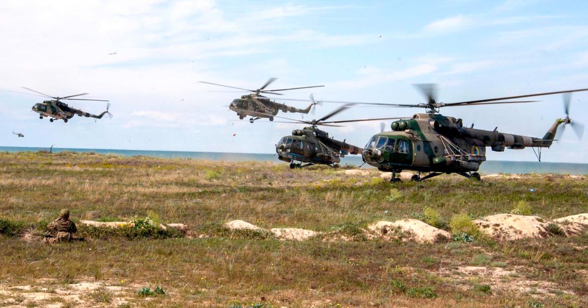 Вертольоти Мі-8 на навчаннях на узбережжі Азовського моря. Фото: Міноборони