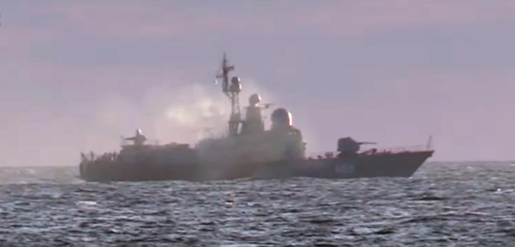 Задимлений ракетний катер Р-334 «Ивановец». Кадр з відео МО Бриз