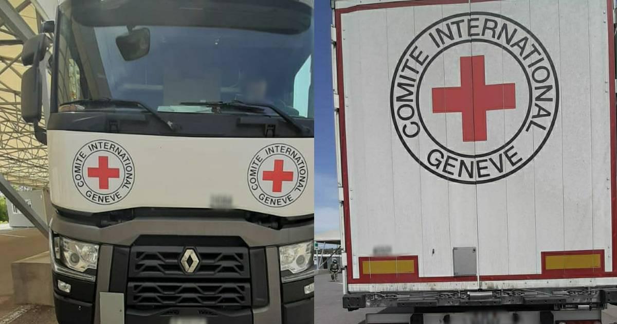 Вантажівка Міжнародного комітету Червоного Хреста на КПВВ «Новотроїцьке»