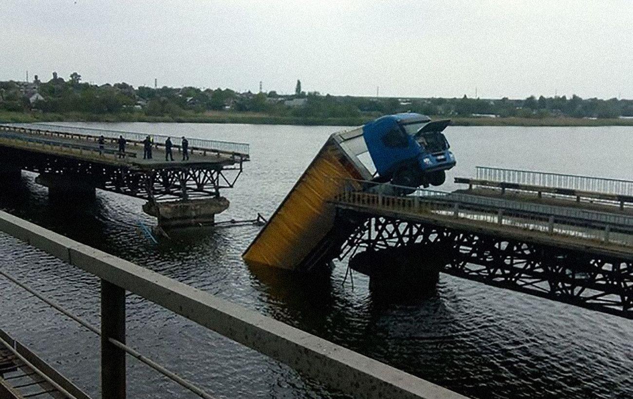 Вантажівка на обваленому мосту