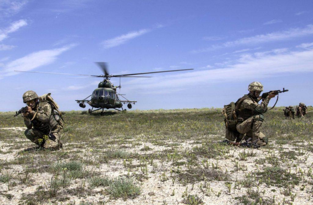 Військові та вертоліт Мі-8 на навчаннях на узбережжі Азовського моря. Фото: Міноборони