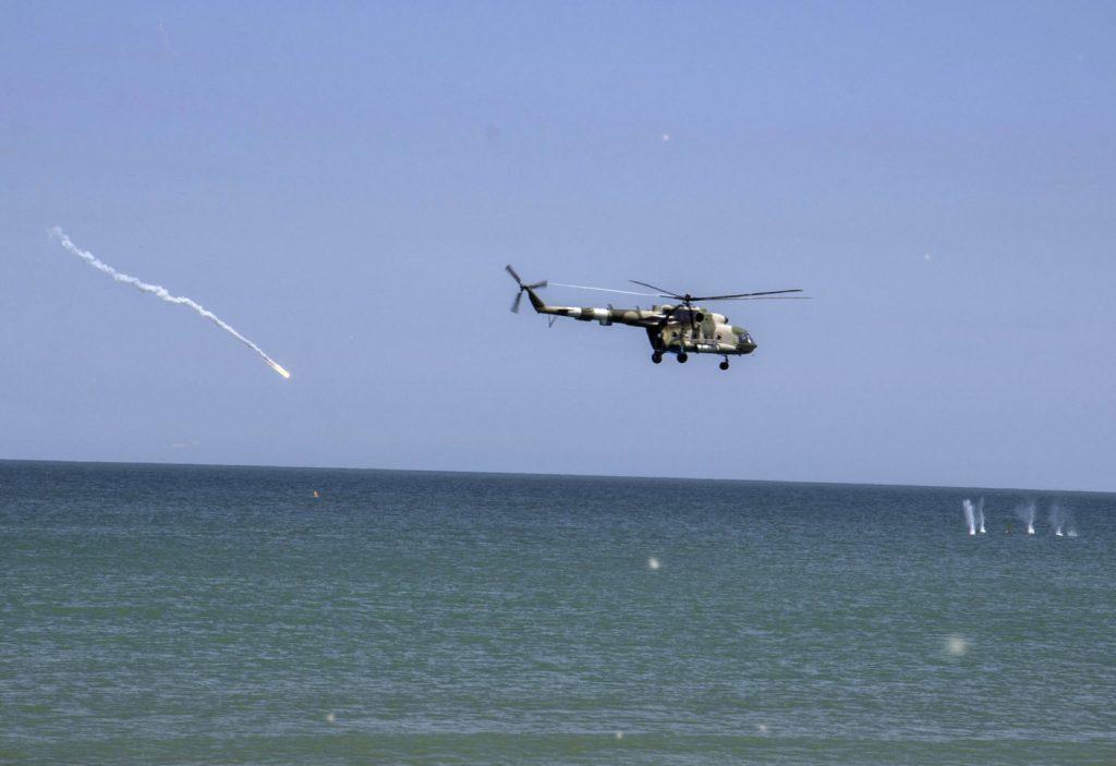 Вертоліт Мі-8 на навчаннях на узбережжі Азовського моря. Фото: Міноборони