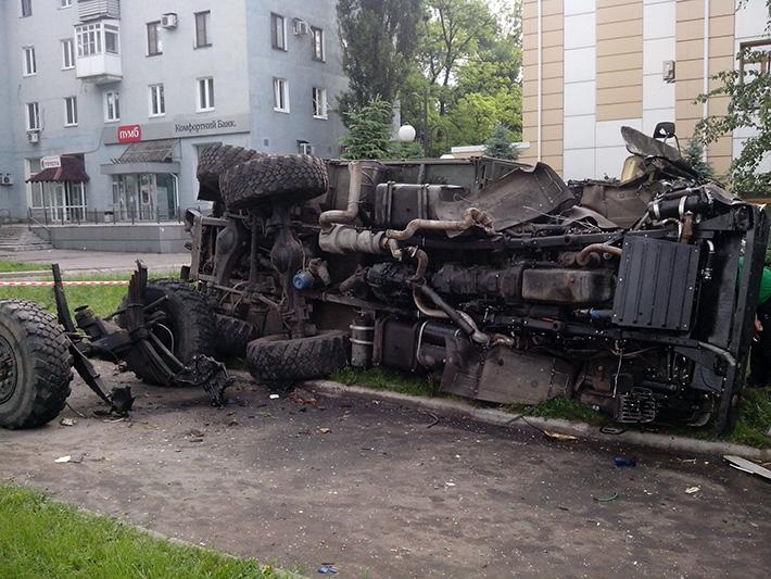 КамАЗ, що перекинувся в районі Дитячої клінічної лікарні №1. 27 травня © Олексій Цупак, www.ostro.org