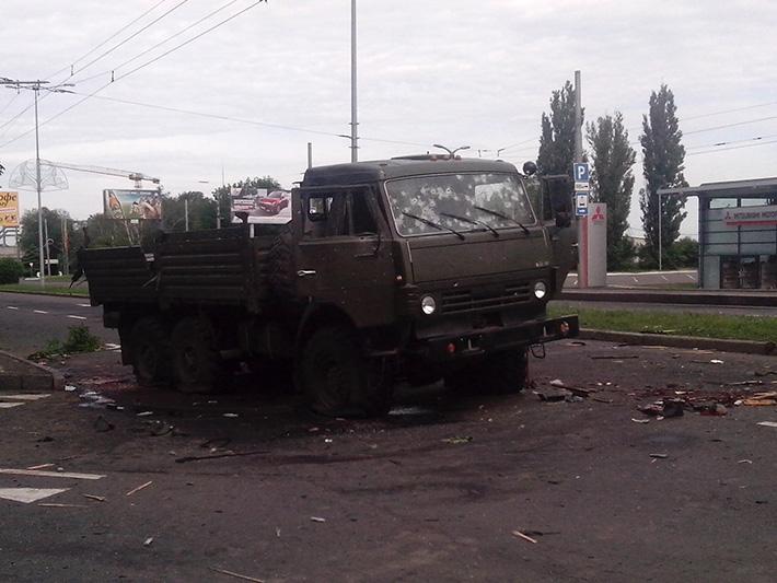 Розстріляний КамАЗ бойовиків в районі Путилівського мосту. 27 травня © Олексій Цупак, www.ostro.org