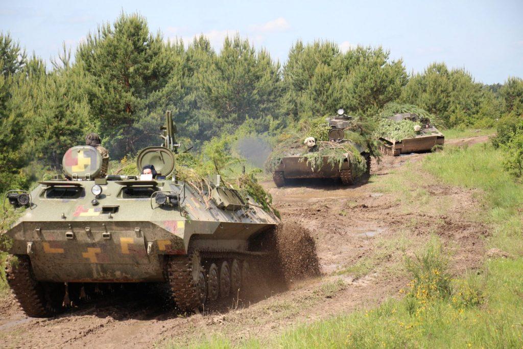Машина управління вогнем артилерії та САУ 2С1 «Гвоздика» на іспиті курсантів-артилеристів. Фото: АрміяInform