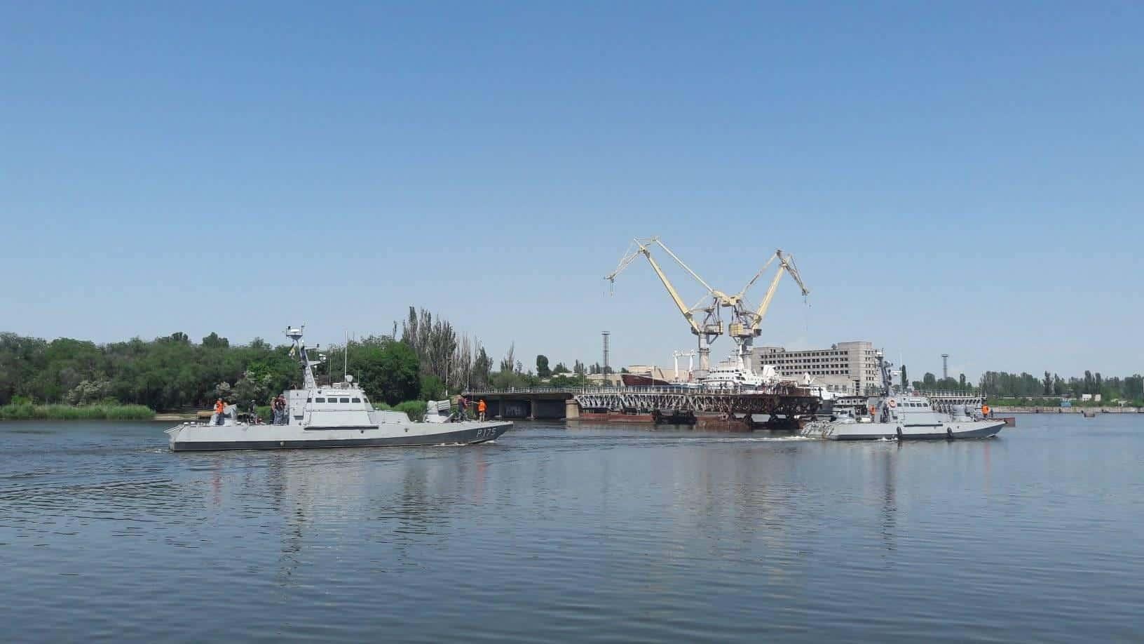 Катери «Аккерман» та «Бердянськ» зайшли в акваторію Миколаївського суднобудівного заводу