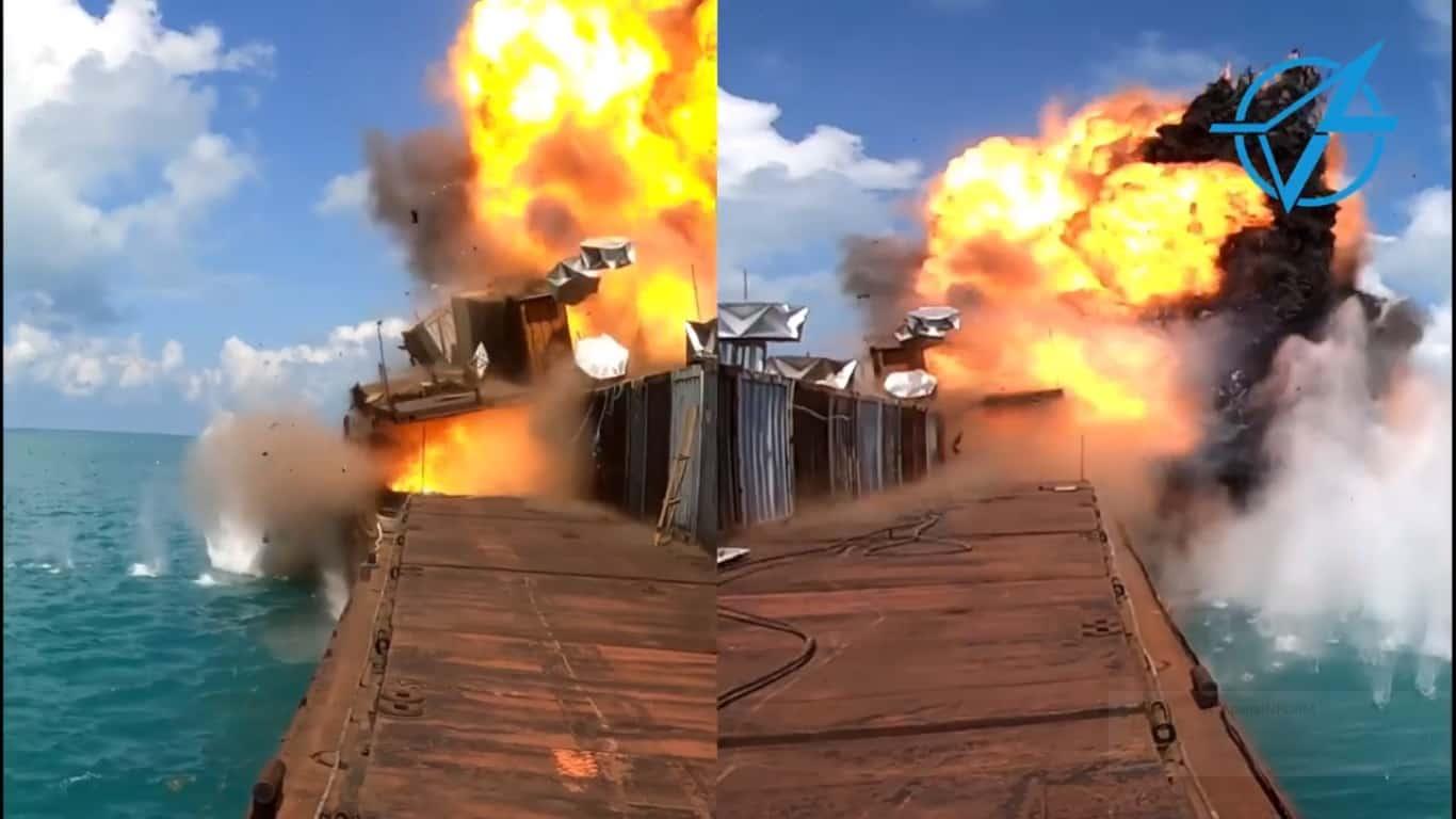 Момент влучання та детонації ракети Р-360 «Нептун» в мішень