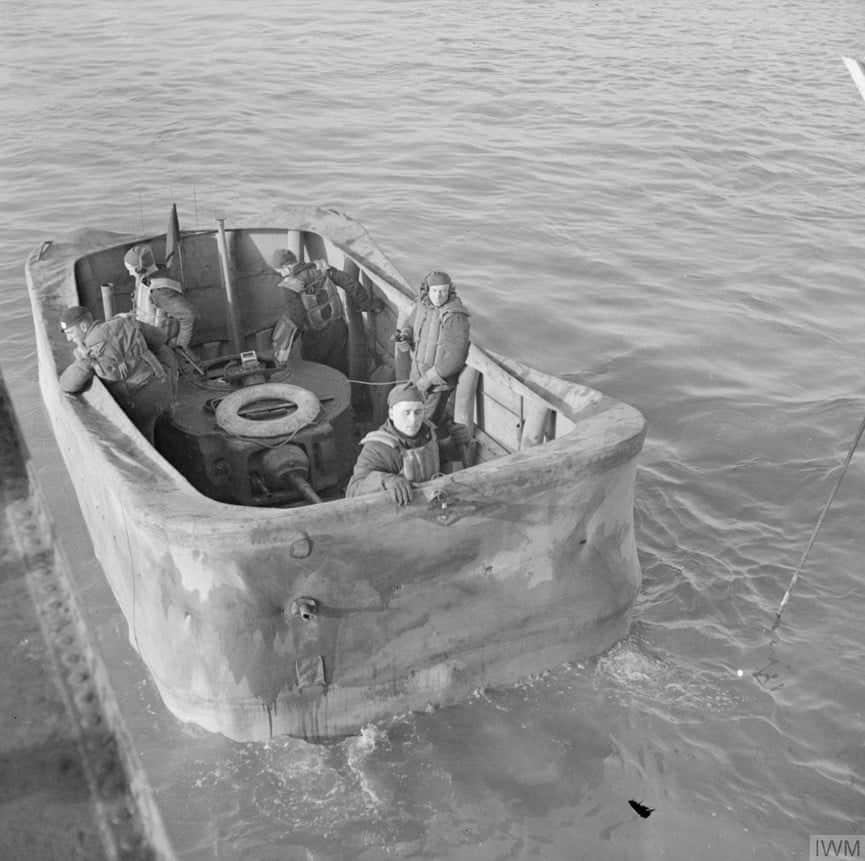 Плаваючий танк на воді