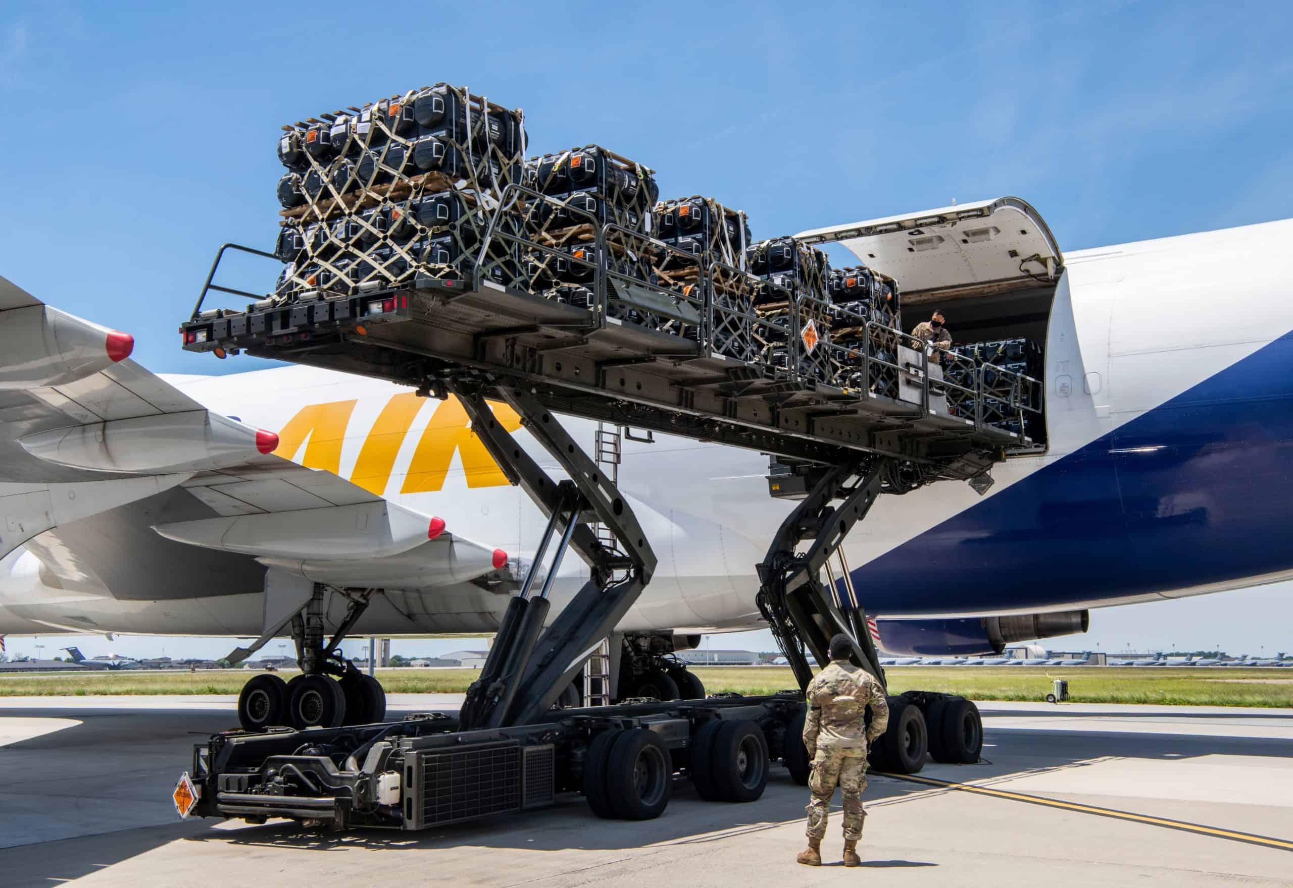 Завантаження контейнерів з протитанковими керованими ракетами Javelin на авіабазі Довер у США