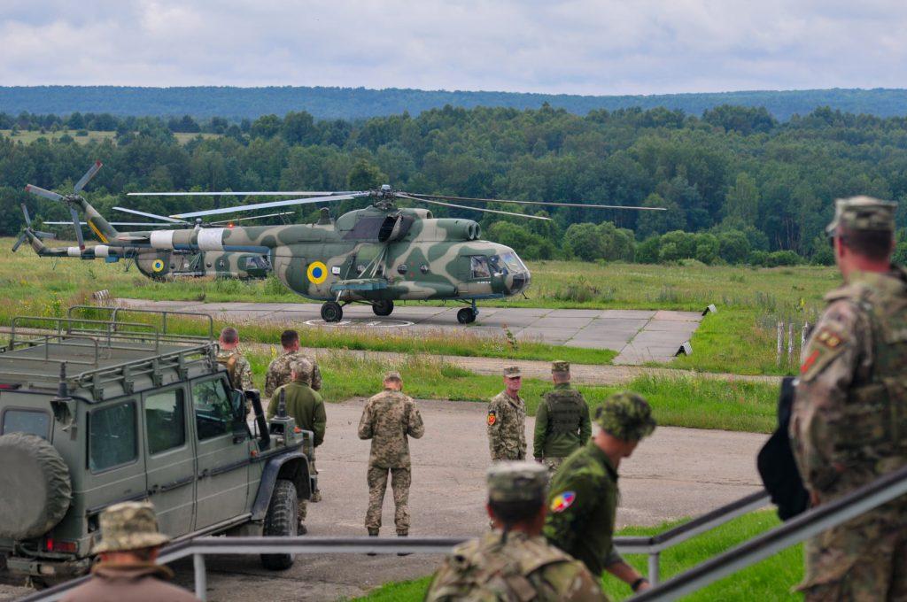 Вертоліт Мі-8 та представники JMTG-U під час маневрів. Фото: Генштаб ЗСУ