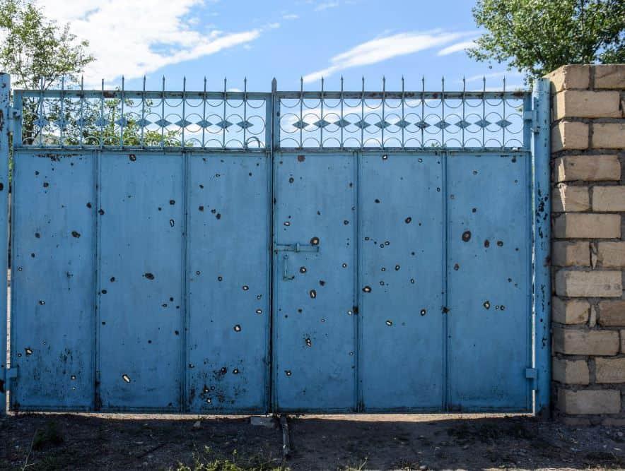 Сліди від осколків на воротах будинку. Фото: ЗМІ Азербайджану