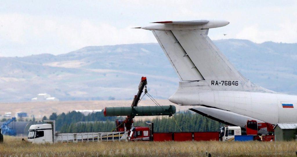 Вивантаження зенітних керованих ракет поставлених Туреччині з Росії зенітної ракетної системи С-400. 15.07.2019