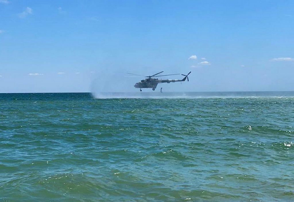 Десантування водолазів з гелікоптеру Мі-8