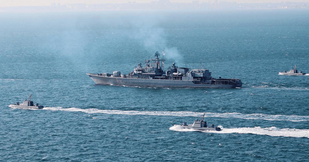 «Гетьман Сагайдачний» (U-130) у супроводі малих броньованих артилерійських катерів ВМС України. Фото: Міноборони