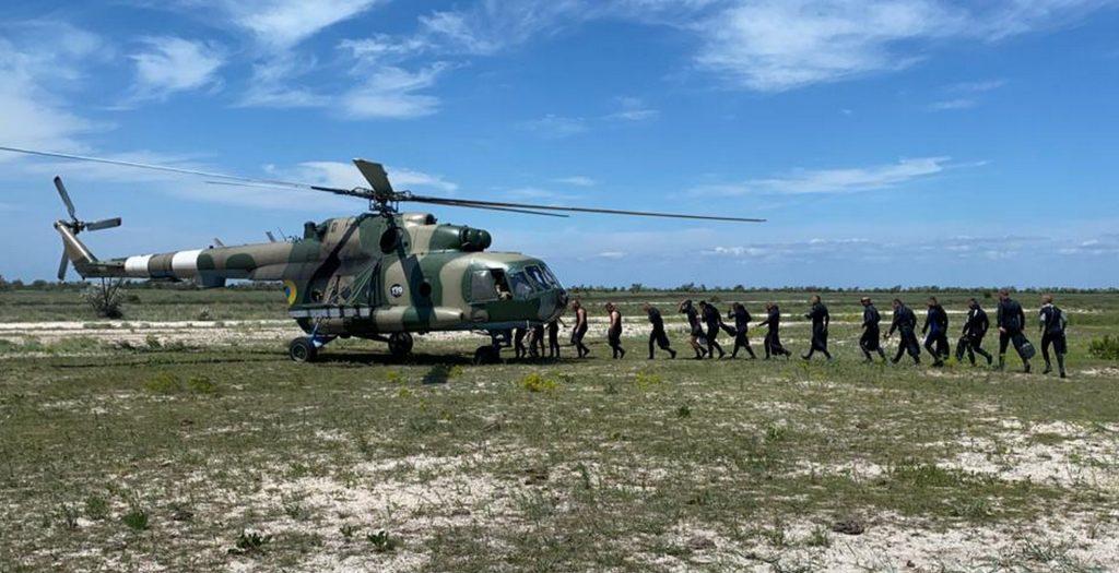 Завантаження водолазів у гелікоптер Мі-8