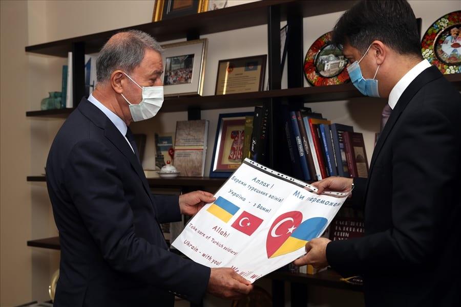 Міністру Туреччини демонструють записку яку залишили перед посольством. Фото: ЗМІ Туреччини