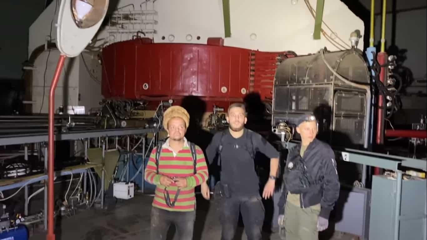 Блогери-дігери на фоні дослідницького ядерного реактору ВВР-М