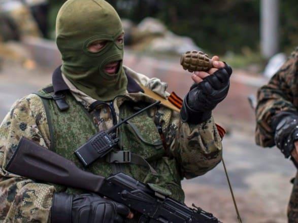 Бойовик російсько-терористичних військ з гранатою Ф-1
