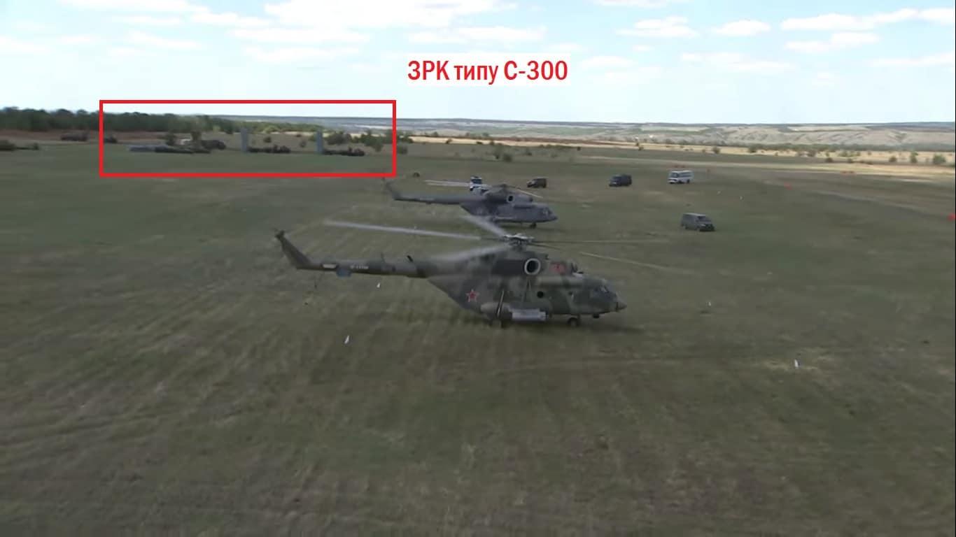 Гелікоптери та зенітні ракетні комплекси на польовому аеродромі