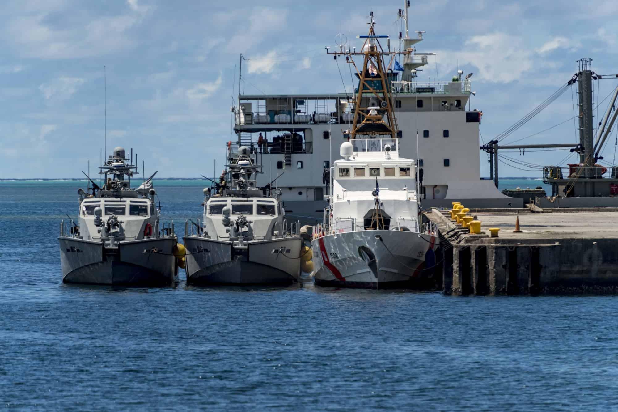 Катери типу Mark VI та патрульний катер Kiska класу Island біля причалу