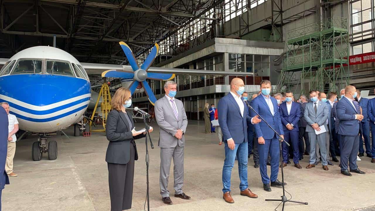 Пресконференція Дениса Шмигаля на фоні літака Ан-140