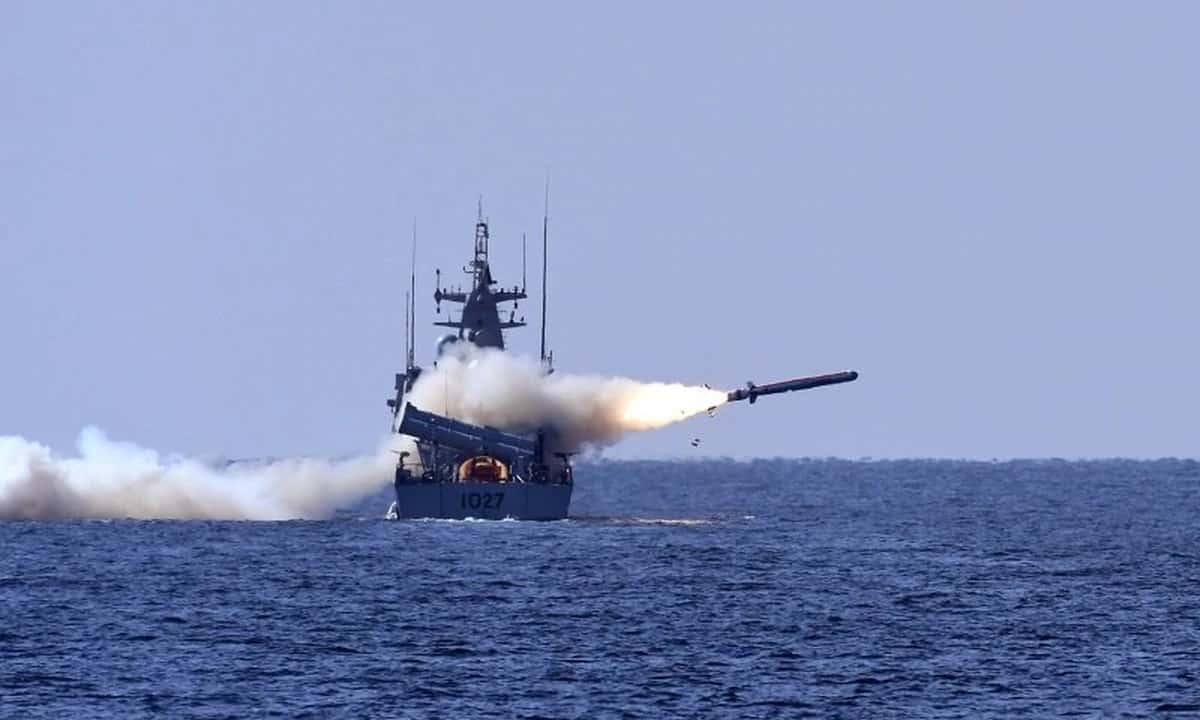 Пуск протикорабельної ракети з ракетного катери ВМС Пакистану