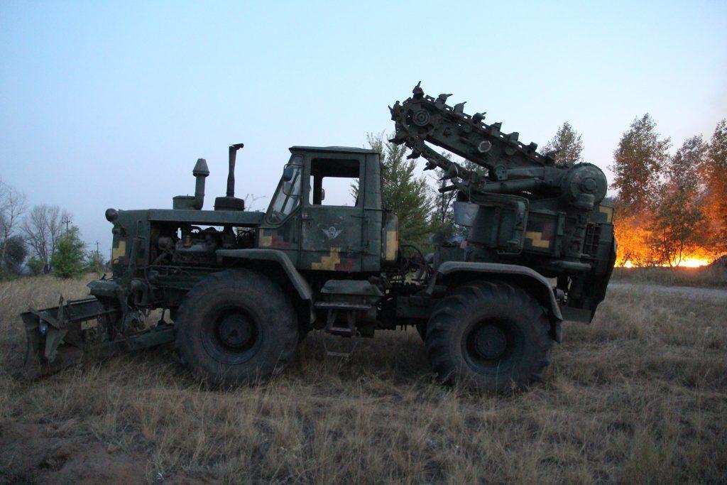 Збройні Сили України  разом з представниками ДСНС та іншими підрозділами Об'єднаних сил відрізають шляхи поширення вогню