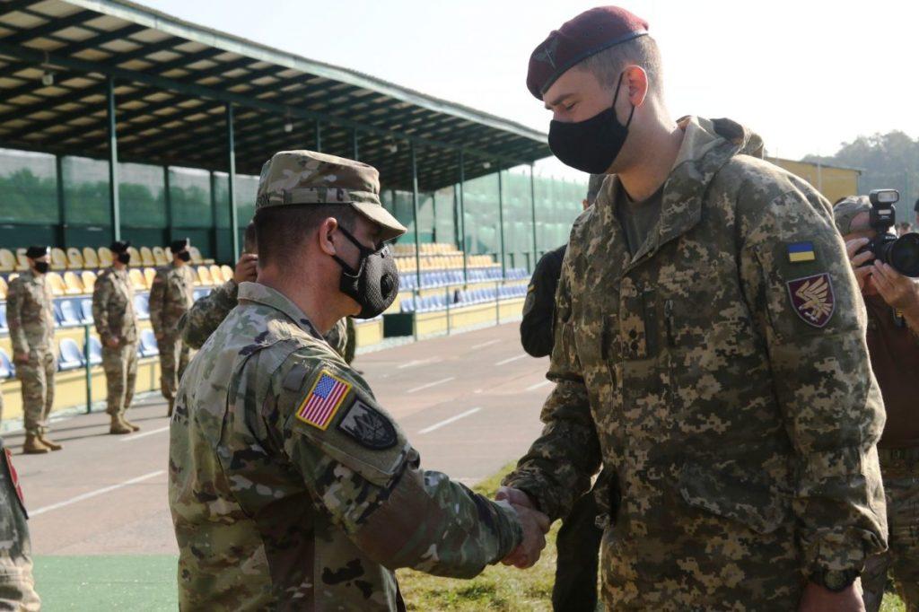Військовий України та США на церемонії закриття навчань Rapid Trident 2020. Вересень 2020. Фото: АрміяInfrom