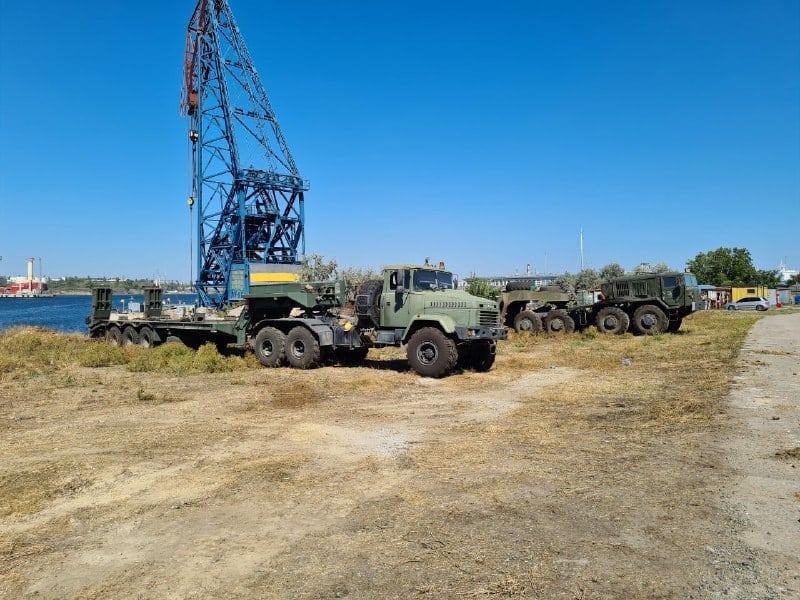 Колісні тягачі КрАЗ та МАЗ-537 під час підготовки до витягування танкеру Delfi на сушу