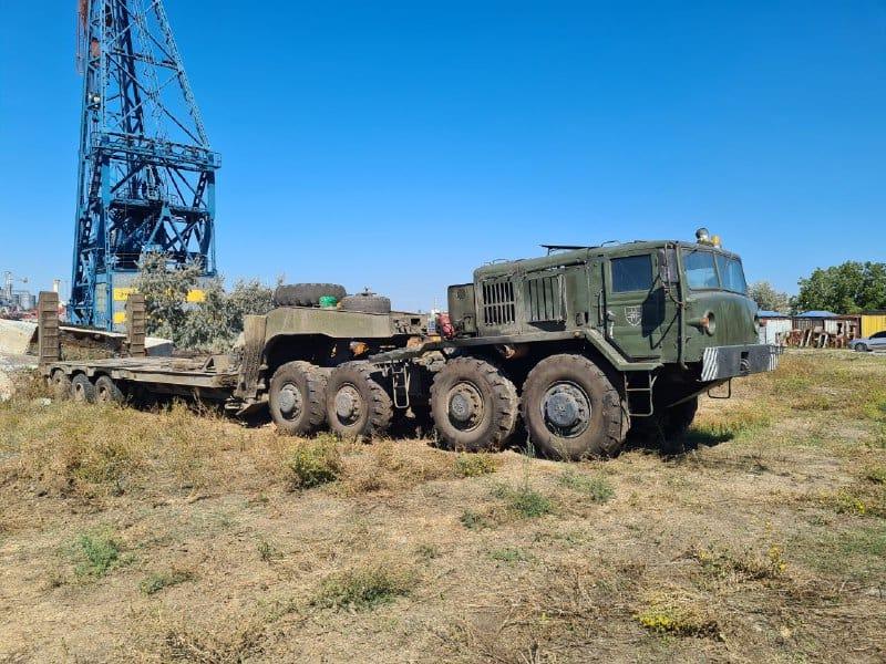 Колісний тягач МАЗ-537 під час підготовки до витягування танкеру Delfi на сушу