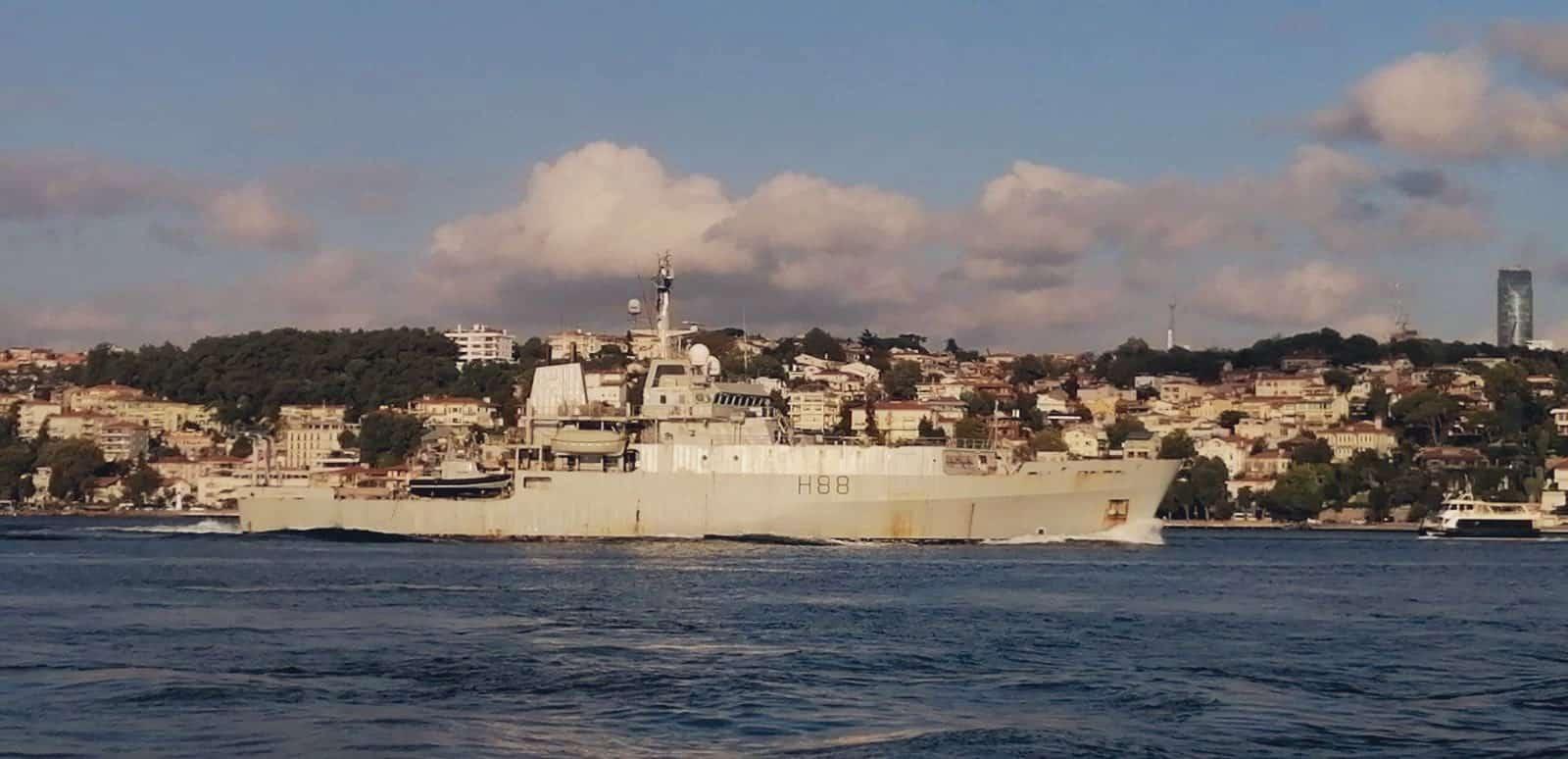 Корабель-розвідник HMS Enterprise (H88) під час переходу Босфору