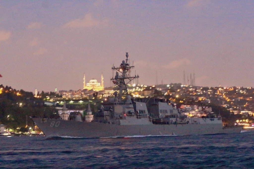 Ракетний есмінець військово-морського флоту США USS Roosevelt (DDG 80) під час переходу Босфору