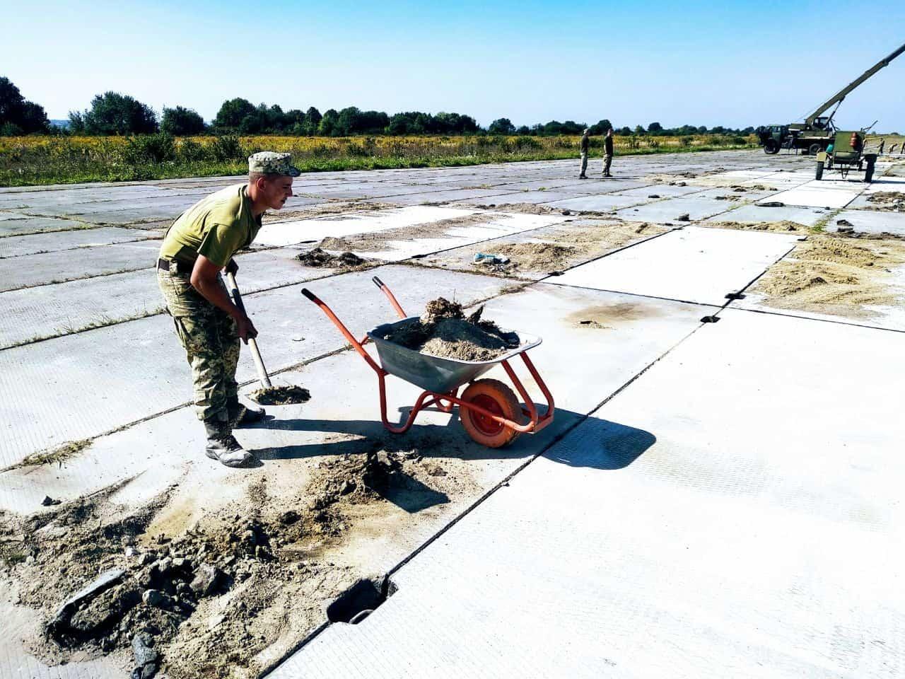 Роботи на військовому аеродромі у Дубні