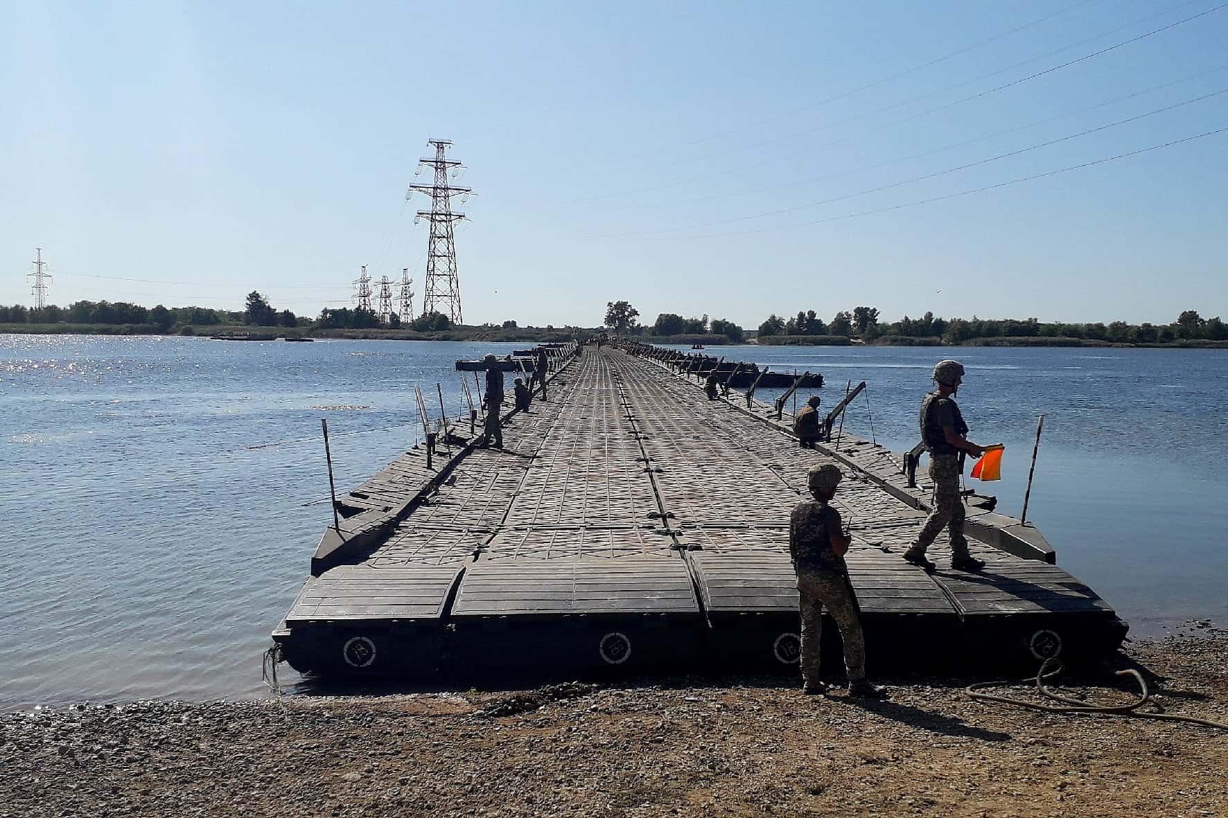 Розгортання наплавного мосту під час навчань «Об'єднані зусилля - 2020»