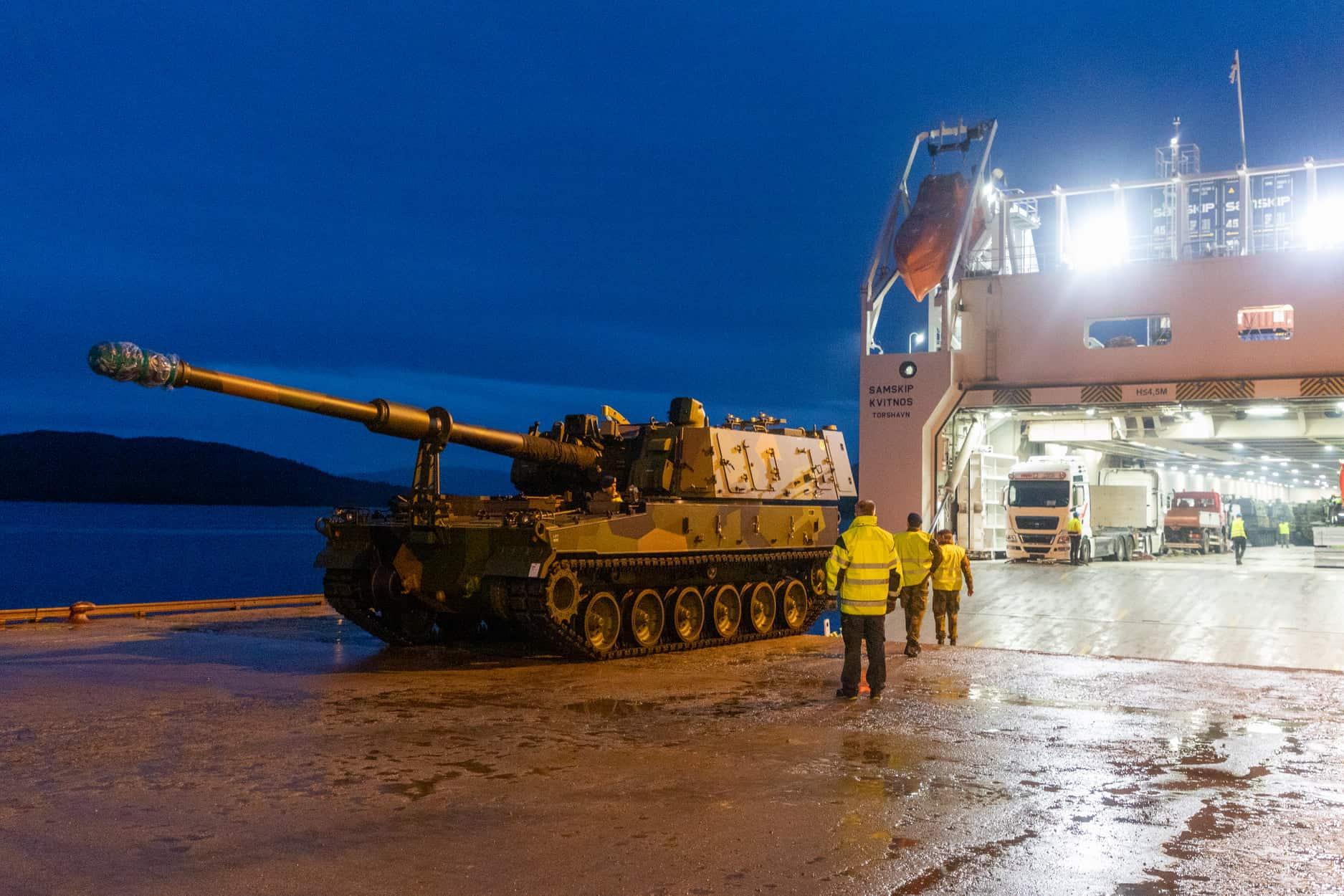 Розвантаження САУ K9 у норвезькому порту в місті Боген