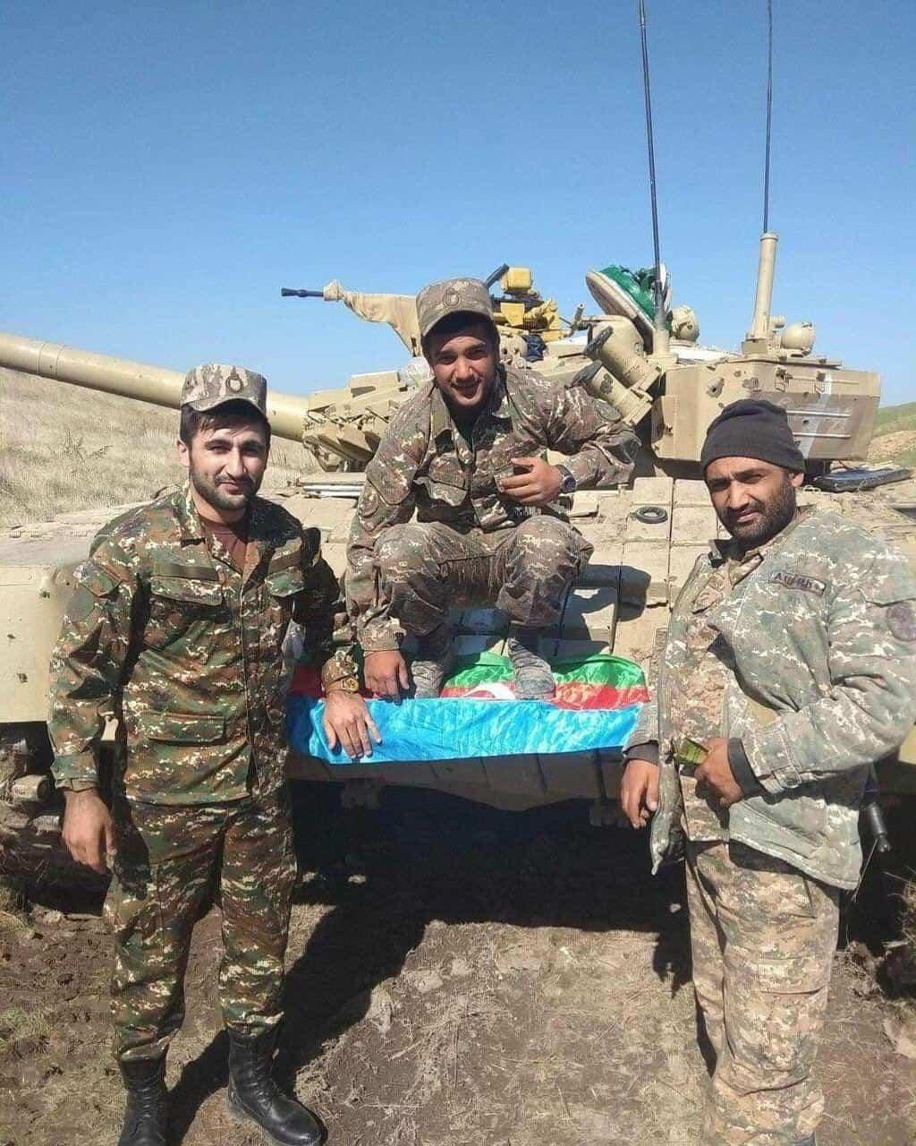 Вірменські військовослужбовці біля трофейного танку Т-72