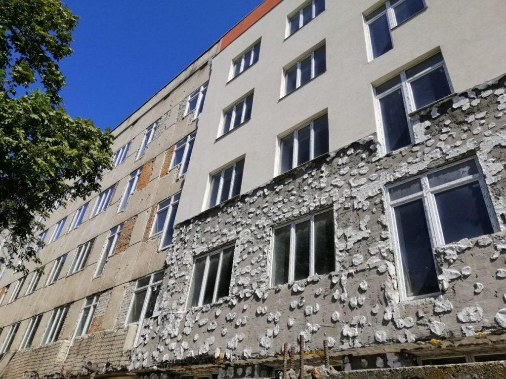 Зняття утеплюючого шару з будівлі майбутнього багатоквартирного будинку
